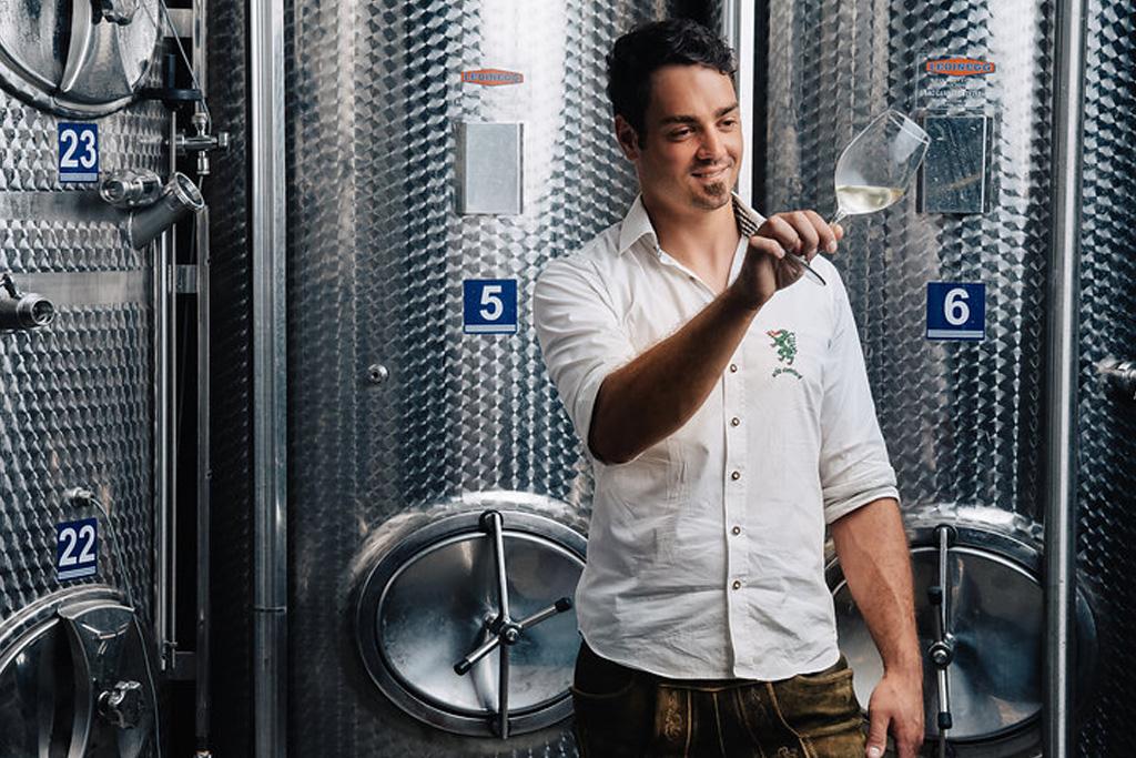 Garber Patrick im Weinkeller mit Weinglas