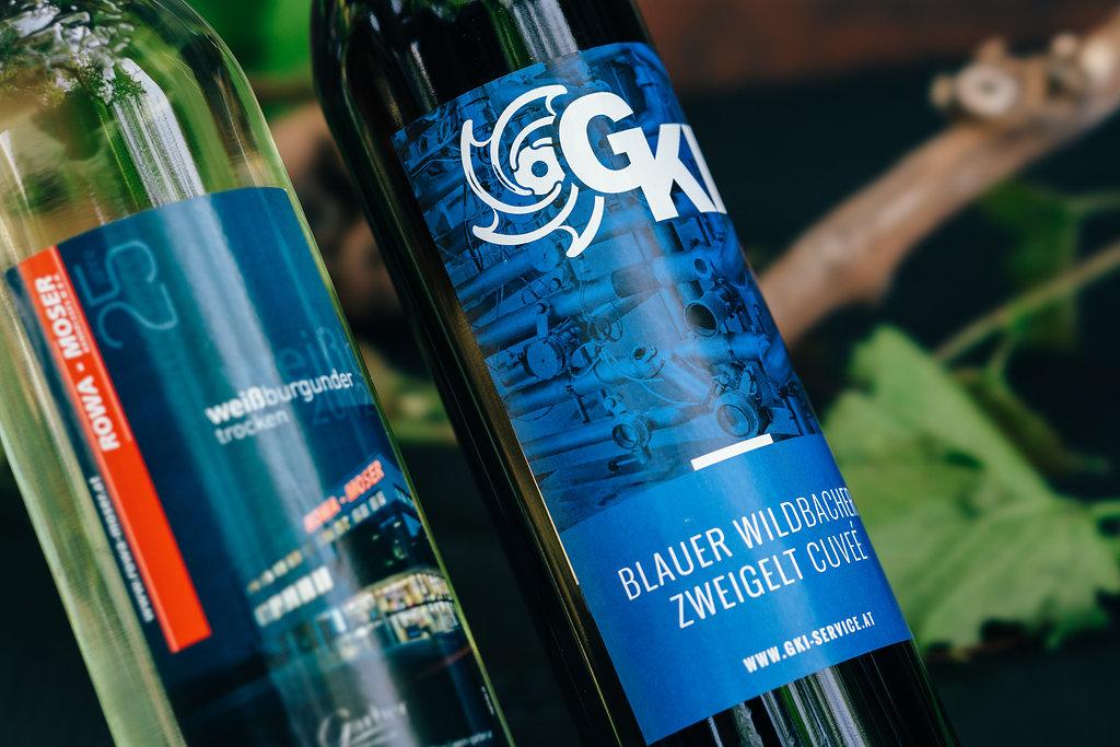 Wein Etiketten mit Firmen Logo