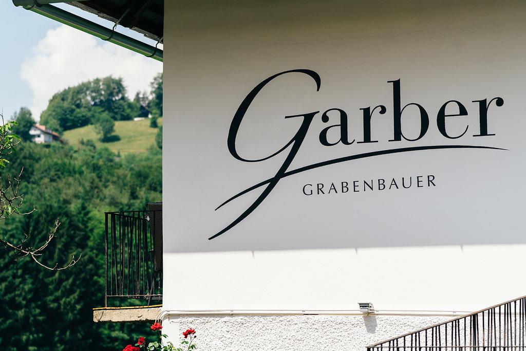 Logo Garber Patrick auf Hausmauer